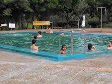 turistas disfrutando de las piscinas de termas de almiron