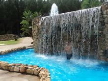 cascada en piscina de las termas del dayman