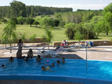 piscina con parque de fondo en las termas de guaviyu