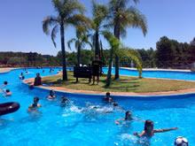 piscina con isla en las termas de salto