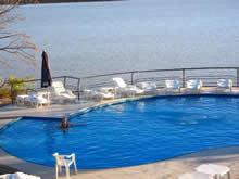 piscina de las termas de salto con rio de fondo