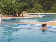turistas bañandose en las piscinas de las termas de san nicanor
